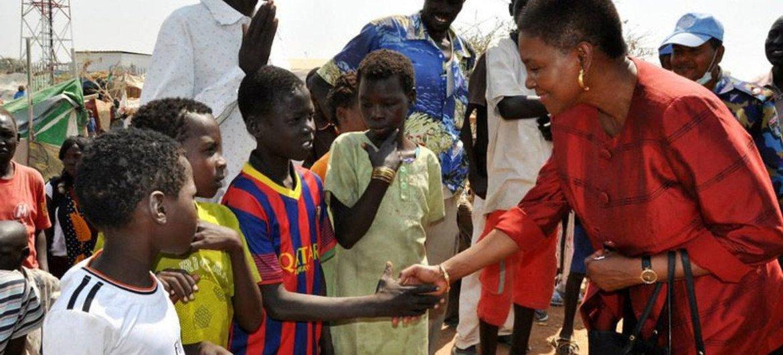 La chef de l'humanitaire de l'ONU, Valerie Amos (à droite) rencontre des enfants à Malakal, au Soudan du Sud. Photo OCHA
