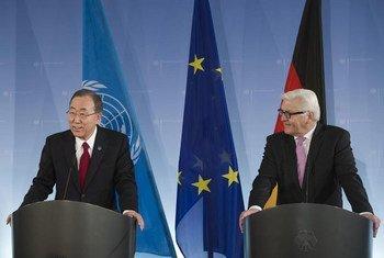 Le Secrétaire général Ban Ki-moon avec le Ministre des affaires étrangères de l'Allemagne, Frank-Walter Steinmeier, à Berlin.