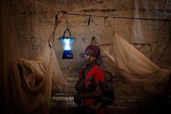 太阳能灯具为生活在埃塞俄比亚难民营内的索马里难民提供照明  图片/宜家基金会