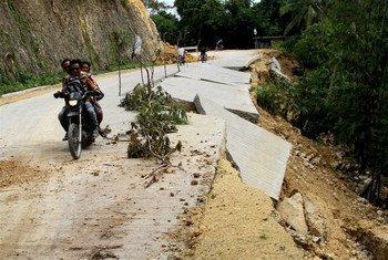 Une route endommagée aux Philippines après un séisme en octobre 2013. Photo IRIN/Jason Gutierrez
