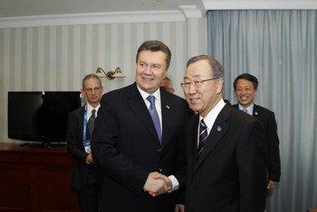 Le Secrétaire général Ban Ki-moon (à droite) avec le Président ukrainien Victor Ianoukovitch aux Jeux olympiques de Sotchi, en Russie, début février 2014. Photo ONU/Paulo Filgueiras