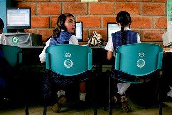 Des élèves devant des ordinateurs dans une école en Colombie. Photo Banque mondiale/Charlotte Kesl