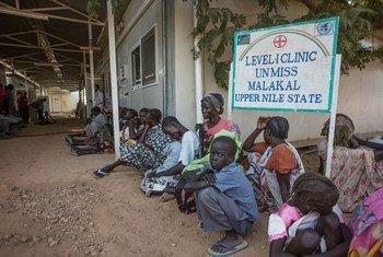 Des résidents d'un camp de déplacés à base de l'ONU à Malakal, au Soudan du Sud, attendent devant un centre de santé. Photo ONU/Isaac Billy
