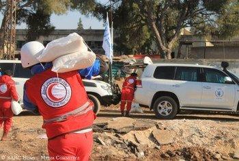 Сотрудники Сирийского Красного Полумесяца доставляют помощь осажденным жителям Хомса  Фото 2014 г.