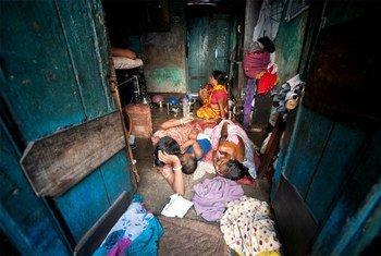 Una familia en un barrio pobre de Calcuta, India. Foto: ONU/Kibae Park