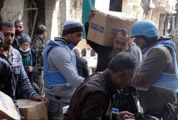 Distribution d'aide humanitaire par l'UNRWA au camp de Yarmouk, à Damas, en Syrie, le 7 février 2014. Photo UNRWA