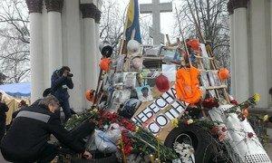 Un monument improvisé à la mémoire des morts pendant les manifestations à Kiev (février 2014). Photo ONU