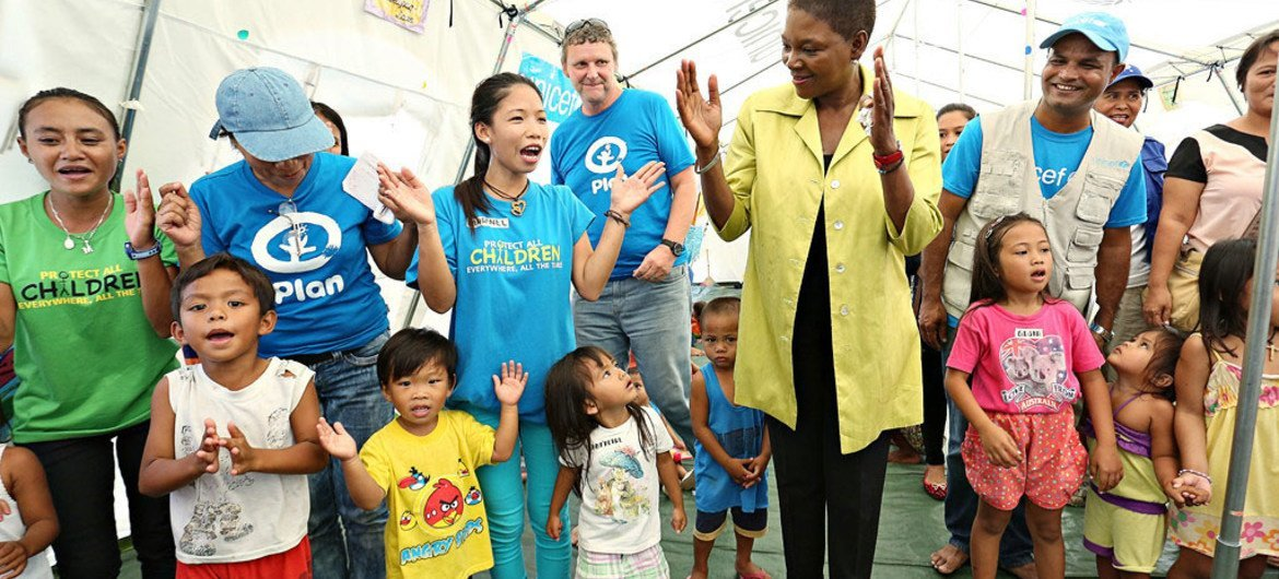 Humanitarian Chief Valerie Amos (centre) visits a Child Friendly Space in Guiuan, Philippines, on 26 February 2014.