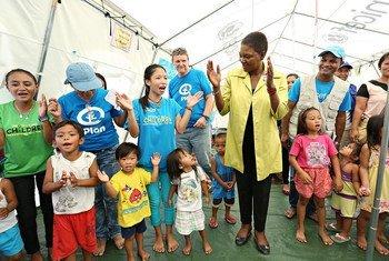 La chef de l'humanitaire des Nations Unies, Valerie Amos (au centre) lors d'une visite à Guiuan, aux Philippines, le 26 février 2014. Photo OCHA/Joey Reyna