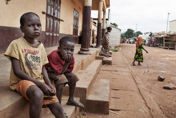 Deux enfants dans l'un des derniers quartiers de Bangui, la capitale centrafricaine, où chrétiens et musulmans vivent encore côte à côte. Photo HCR/A. Greco
