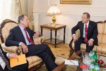 Le Secrétaire général Ban Ki-moon avec le Ministre des affaires étrngères de Russie, Sergueï Lavrov, à Genève.