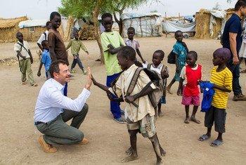 Le Coordinateur humanitaire au Soudan du Sud,Toby Lanzer, (à gauche) dans un camp de réfugiés à Nyeel, au Soudan du Sud. Photo ONU/Martine Perret