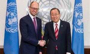 Le Secrétaire général Ban Ki-moon (à droite) avec le Premier ministre ukrainien Arseniy Yatsenyuk.