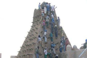 Rehabilitación de monumentos históricos atacados en Timbuktú. Foto de archivo: UNESCO/F. Bandarin