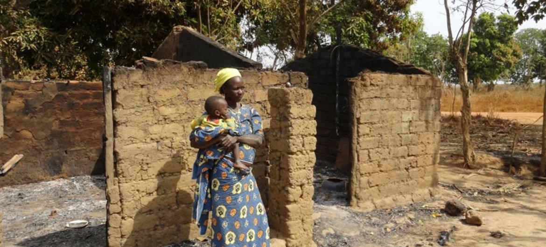 Une femme et son enfant dans le village de Bessan dans le nord-ouest de la République centrafricaine, après une attaque des anti-balaka.