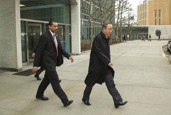 Le Secrétaire général Ban Ki-moon sort du siège de l'ONU à New York pour se rendre en Russie et en Ukraine.