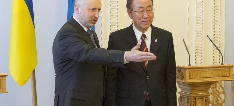 Le Secrétaire général de l'ONU, Ban Ki-moon, avec le Président par intérim de l'Ukraine, Oleksandr Turchynov, à Kiev, en mars 2014.