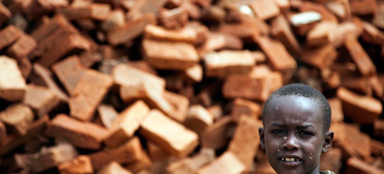 Un garçon à Kutum, dans le Nord-Darfour, au Soudan. Photo ONU/Albert Gonzalez Farran (archives)