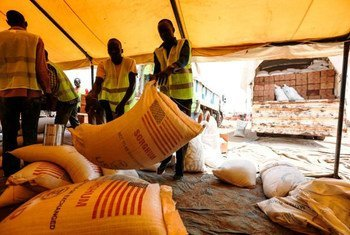 Le PAM distribue des vivres aux personnes déplacées vivant dans un site de protection de la MINUSS à Juba, le 21 Mars 2014. Photo : MINUSS / Isaac Billy
