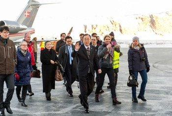 Le Secrétaire général Ban Ki-moon à son arrivée à Kangerlussuag, au Groënland, avec la Première ministre du Danemark, Helle Thorning-Schmidt. Photo ONU/Mark Garten