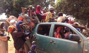 Des résidents musulmans de Kaga Bandoro, en République centrafricaine, fuient vers le Tchad, escortés par des miliciens Séléka en mars 2014. Photo ONU/Emmanuelle Schneider