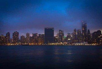 """Le siège des Nations Unies à New York avec ses lumières éteintes pour l'opération """"Une Heure pour la planète""""."""