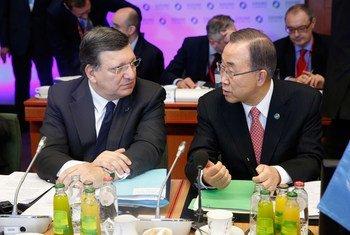 Le Secrétaire général Ban Ki-moon (à droite) avec le Président de la Commission européenne, Jose Manuel Barroso, à Bruxelles. Photo ONU/Evan Schneider