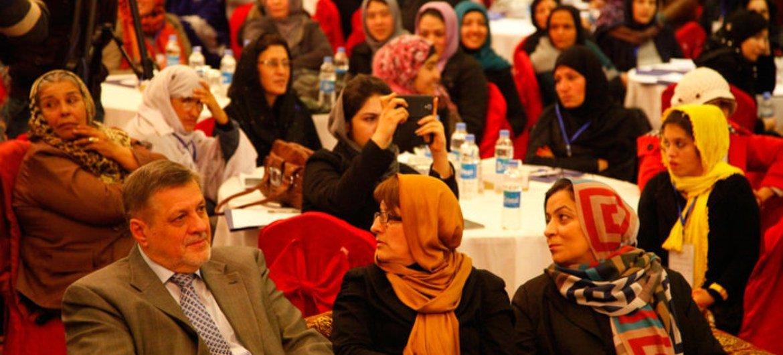 Le Représentant spécial du Secrétaire général des Nations Unies pour l'Afghanistan, Jan Kubis, lors d'une réunion avec des électrices afghanes le 5 avril 2014.