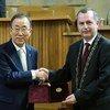 El Secretario General de la ONU, Ban Ki-moon, recibe la medalla de oro de la Universidad Charles en Praga  Foto.ONU/Evan Schneider