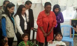 La chef de l'humanitaire de l'ONU, Valerie Amos (seconde à droite) rencontre des enfants réfugiés syriens dans le nord du Liban. Photo OCHA/Y. Martin