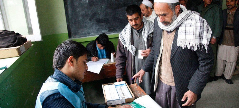 Des électeurs afghans dans un bureau de vote à Kaboul le 5 avril 2014. Photo MANUA/Fardin Waezi