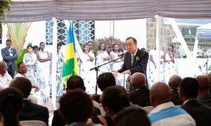 Le Secrétaire général Ban Ki-moon lors de la cérémonie en l'honneur des employés de l'ONU qui sont morts lors du génocide au Rwanda en 1994. Photo ONU/Evan Schneider