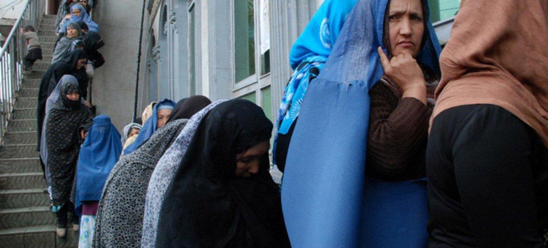 Mujeres se disponen a votar en Afganistán.