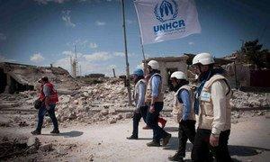 Des travailleurs humanitaires du HCR à Alep, en avril 2014.