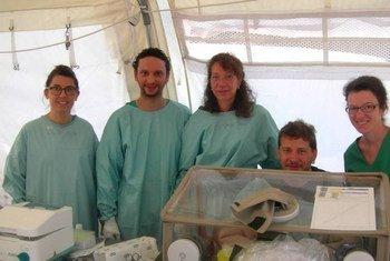 Des experts du Laboratoire mobile de l'Union européenne participent à des tests sur des échantillons du virus Ebola en Guinée, en avril 2014. Photo OMS/S. Hugonnet