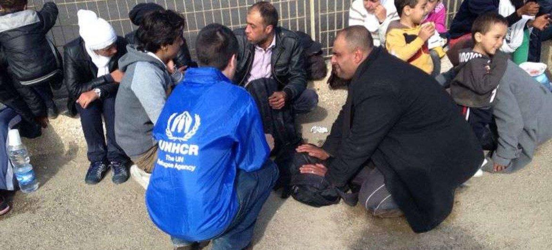 Des employés du HCR discutent avec des gens ayant traversé la Méditerranée vers l'Italie. Photo UNHCR/A. Belrhazi