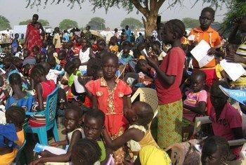مدرسة ابتدائية مؤقتة للطلاب في مخيم للمشردين تابع لبعثة الأمم المتحدة في جنوب السودانفي بور بولاية جونقلي، جنوب السودان. تصوير: بعثة الأمم المتحدة في جنوب السودان/ عبد الله