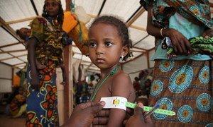 Une fillette est examinée à Bangui dans le cadre de programmes de lutte contre la malnutrition. Photo UNICEF/Roger LeMoyne