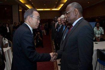 Le Secrétaire général de l'ONU, Ban Ki-moon (gauche) avec son Représentant spécial pour l'Afrique centrale, Abdoulaye Bathily en 2013 au Mali (Archives)