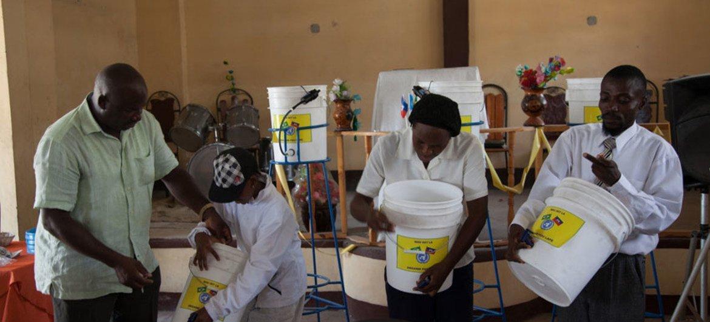 Les Nations Unies ont lancé un projet pilote avec la Direction Nationale de l'Eau Potable et de l'Assainissement (DINEPA) en Haïti pour installer des systèmes de filtre à eau et fournir des cours d'hygiène à Cité Soleil, un quartier de Port-au-Prince. Photo MINUSTAH/Nektarios Markogiannis