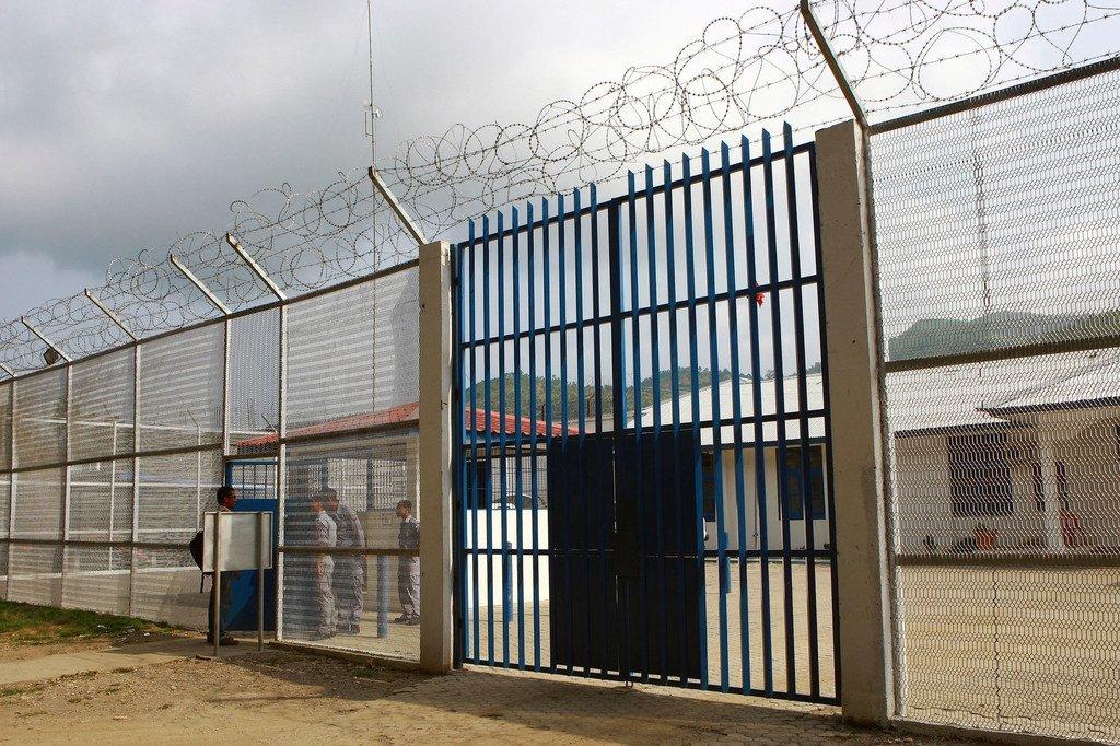 L'extérieur d'une prison.