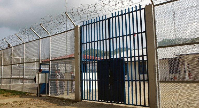 Imagen de la valla de una prisión