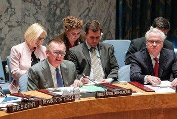 Le Secrétaire général adjoint des Nations Unies aux affaires politiques, Jeffrey Feltman (à gauche), au Conseil de sécurité.