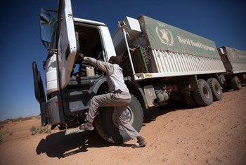 10-شباط-فبراير 2014، الفاشر: شاحنة تابعة لبرنامج الأغذية العالمي في طريقها إلى الفاشر شمال دارفور