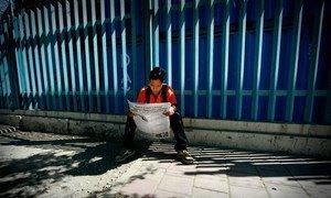 Un jeune au Timor Leste lisant un journal local (photo d'archives).