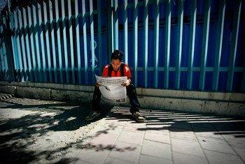Jovem timorense lê o jornal