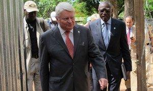 Le chef des opérations de maintien de la paix Hervé Ladsous en visite dans la ville de Kaga Bandoro, en République centrafricaine. Photo MINUSCA