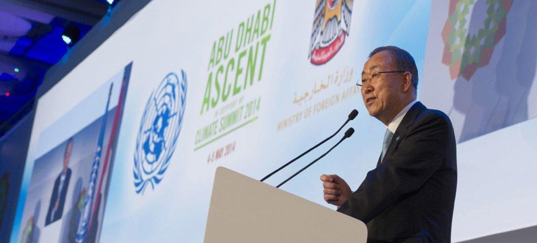 Le Secrétaire général Ban Ki-moon lors d'une réunion sur le climat à Abou Dabi, aux Emirats Arabes Unis, le 4 mai 2014.  Photo ONU/E. Debebe
