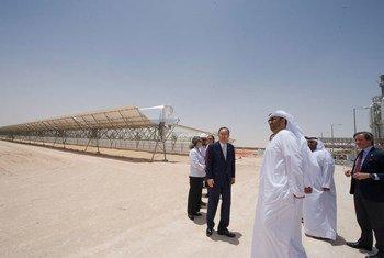 Le Secrétaire général Ban Ki-moon visite une centrale à l'énergie solaire à Abou Dabi, aux Emirats Arabes Unis. Photo ONU/Eskinder Debebe