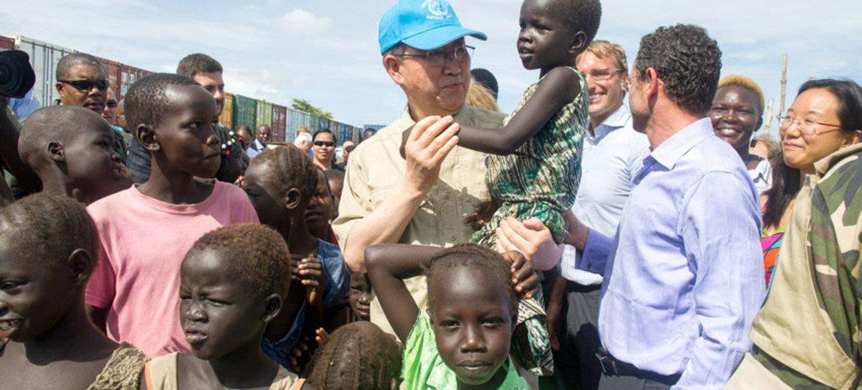 Le Secrétaire général Ban Ki-moon dans le camp de déplacés de la MINUSS de Tomping.